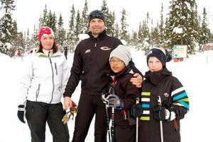 Christina, Carry och Adam Turesson och kompisen Erik Karlsson från Motala har sportlov i Björnrike.