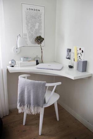 I vardagsrummet har Sofie inrättat en kontorshörna där hon kan jobba.