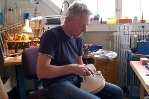 Konstnären. Fiolmakaren Gunnar Brandin bygger nya fioler.