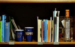 Én alkoholgranskares bokhylla. Ölmuggarna visar hur en gatufestens