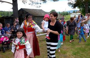 Både stora och små deltog i dansen kring majstången.