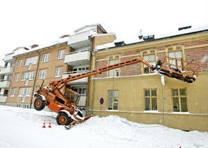 Norralagatan den 1 mars.Enligt Arbetsmiljöverket hade inte den här liften besiktigats på flera år.
