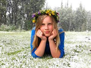 Minn datter, Evelina,tattpå selveste midsommaraftenhjemme hos ossi Glen, Bergs kommun. På formiddagen laget hun seg en blomsterkrans, og på ettermiddagen kom det store snøflinger. Ann Krisiti Solsten.