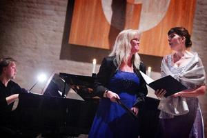 Maria Forsström alt, Lena Moén sopran och Matti Hirvonen på piano bjöd på jublileumskonsert.Foto: Anna-Karin Pernevill