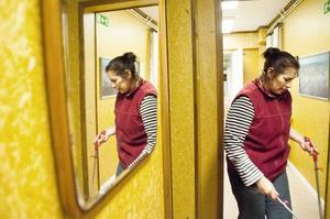 Zura Naidenova är glad att de fått flytta in i ett hus men beklagar sig över att det inte finns möjlighet att tvätta sig just här.