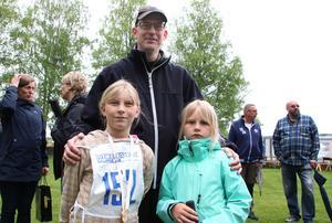 Systrarna Hanna och Ida Gullberg är med pappa Daniel på Mockfjärdsdagen. Hanna springer Mockfjärdslöpet för andra året i rad.
