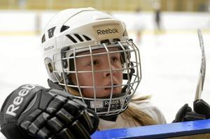 Gillar hockey. Att spela hockey är hur roligt som helst tycker Alva Edstam som spelar i U11, men också U10 som enda tjej i laget.