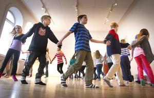 Eleverna på Håsta skola har bland annat lärt sig olika danser som man dansade på medeltiden.