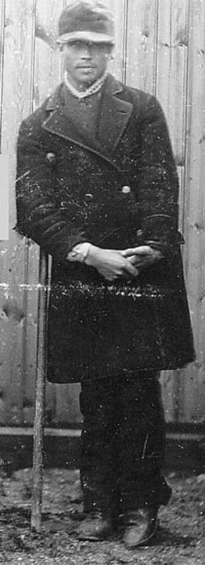 Per Johan Pettersson kom att gå till historien som Alftamördaren. Han föddes den 5 augusti 1862 i Mossbo, Alfta finnskog, Hälsingland. När han var 29 år sköt han ihjäl länsman Albert Gawell och fjärdingsman Olof Norén när de skulle lämna en stämning för hembränning och lönnkrogsverksamhet.Även Per Johans två bröder, Anders 26 år och Carl Erik 17 år och fadern Per Olof, 56 år, var inblandade i morden som togs ända upp till högsta domstolen.Bröderna fick båda livstids straffarbete men dog båda två i lungsot i fängelse. Fadern klarade sig betydligt lindrigare undan och kunde efter ett år i fängelse för hembränning återvända till sin hustru och en kvarvarande son och dotter.På bilden syns det att Per Johan var handikappad. Hans ena hand är förvriden och han stödjer sig på en krycka.