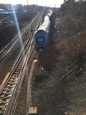 Tågsättet har, under rörelse mot Västerås C, inte fått tågväg mot Västerås C, i stället har tåget gått in på det korta säkerhetsspår som ska förhindra att tåg som rör sig på depåområdet och som inte har tillstånd att gå ut på huvudspåret mellan Västerås och Dingtuna inte hamnar på det spåret.