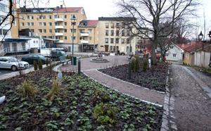 """UPPKALLAD EFTER GÄVLEPROFIL. Här längs Södra Rådmansgatan, intill Gamla Gefle, mellan Stadsbiblioteket och Snusmajas tomt, ligger en liten nyanlagd park som har fått namnet Storvetas park, uppkallad efter Anna-Lisa """"Storveta"""" Hillbom. Foto: Lars Halvarsson"""