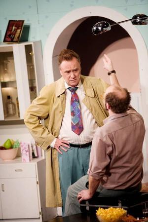 Roland Nordqvist, journalist i botten och även känd som pappan i Teliareklamen, spelar polis. Rollen är hans debut på teaterscenen.Foto: Lars-Eje Lyrefelt