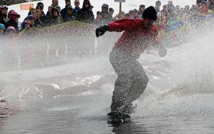 Mikael Ahlberg tog sig över med snowboard.