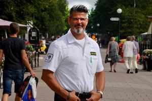 Göran Persson har varit ordningsvakt och väktare i Sundsvall i över 20 år. Han märker av ett hårdare klimat och oroas över att droganvändningen sprider sig bland stadens ungdomar.