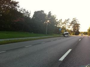 Bilen tappar båten i uppförsbacken och det blir en snygg fickparkering vid busshållsplatsen:)