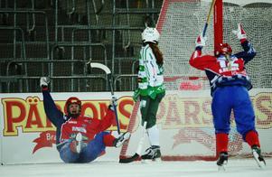 Camilla Johansson jublar efter sitt andra mål i SM_finalen mot Västerås. Rut-Lina Berner (12) är först fram att gratulera. Foto: Sören Andersson/TT