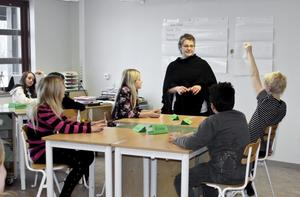 Har gjort en tavla. I väntan på den vita tavlan får läraren Solveig Petermann i klass 4-5 c hålla till godo med några uppsatta A1-ark.