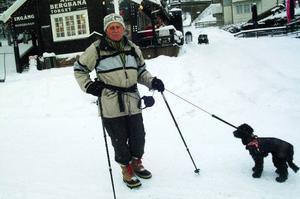 Lars Marcus, 83, och hunden Siri ute på promenad är ett vanligt inslag i Åres gatubild. Den flerspråkige Marcus är också en av Åres allra flitigaste volontärer vid världscuptävlingar, han har inte missat ett år sedan 1954.