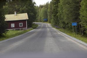 Stora delar av vägen är nyasfalterad, men där den gamla vägen var oskadd har man inte gjort någon upprustning.                   Det är en ekonomisk fråga, enligt Trafikverket, som emellertid inte utesluter att de gamla partierna kan åtgärdas inom några år.