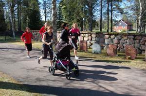 På Mammaträningen går det lika bra att ha barnet med sig i vagnen. Carola tillsammans med några av deltagarna.