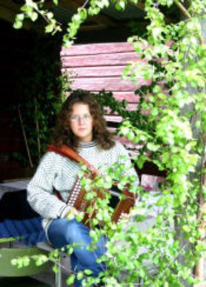 Maria Agstam spelar Durspel på stämman i Önsta.