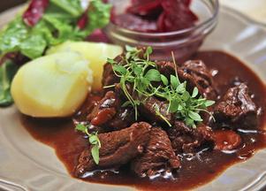Kalops med nötkött, morötter, kryddpeppar och lök – perfekt söndagsmat.