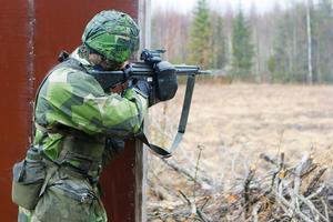 Under Övningarna får soldaterna öva på skytte med både vänster- och högerfattning. Här avlossar Emil Hjortsberg en salva med sin AK 4.