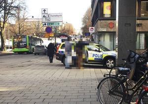 Knivskärningen inträffade skedde vid en busskur på Norra Kungsgatan i Gävle.