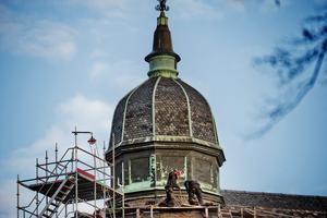 Inget för höjdrädda. Takarbetet på slottet ser farligt ut men ska utföras efter de säkerhetsföreskrifter som finns. Foto: Veronika Ljung-Nielsen