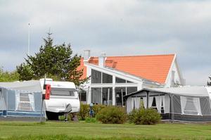 Grannar. Det är avståndet mellan de här husvagnarna och villorna som fastighetsägarna och kommunen inte är överens om.