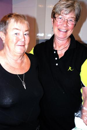 Lena Smedberg och Hillevi Lindeström ansvarar för paraffinbaden i Reumatikerföreningens lokal i Rättvik.