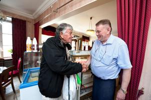 Stamkunden Lars Linder, som träffat Erik Ofvandahl personligen, tackar konditor Kuhlman för dagens wienerbrödspåse.
