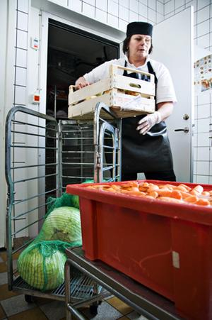 Hildur Keller bland rotsakerna som ska bli salladsingredienser.