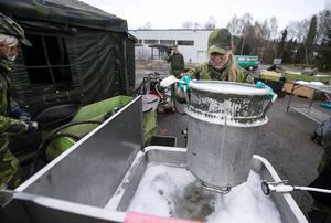 Camilla Öman från Kalix diskar kastullen som tar 35 liter.