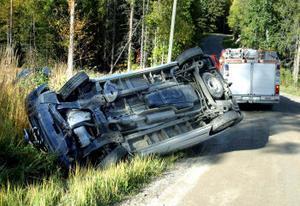 Skåpbilen hamnade på taket vid singelolyckan några kilometer efter Marktjänsvägen i Fränsta.
