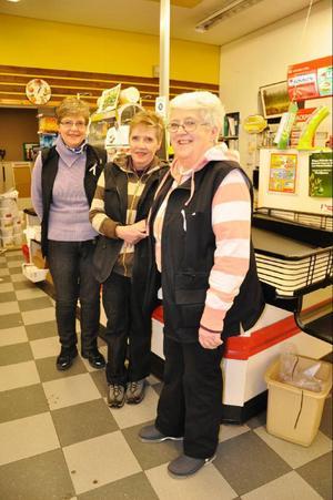 Systrarna på Sikås-Bua, Eivor Lindgren, Margit Andersson och Doris Andersson, ska dra på sig sekelskifteskläderna, sedan är de redo att ta emot tågresenärer och övrigt marknadsfolk.