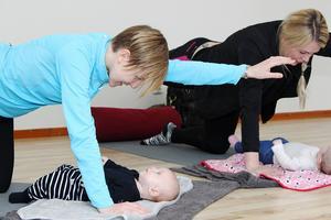 Mammorna får närhet och kontakt med barnet samtidigt som de själva kommer i form. Anna Totland Grip tränar med sonen Gustav, tre månader.