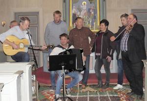 Orbergs-Trion och Orbergskören framträdde vid den traditionsenliga älgmålsbönen i Bingsjö kyrka den 9 oktober.