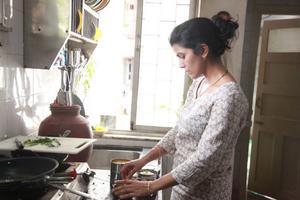 Nimrat Kaur spelar hemmafrun Ila som lagar himmelsk mat till fel person.