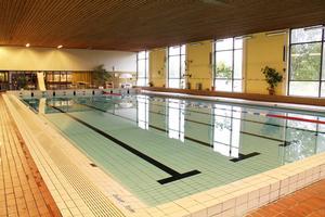 I vanliga fall rymmer simbassängen i Edsbyn 600 kubik. Men häromnatten tappades den på mellan 200 och 300 kubik på grund av ett maskinhaveri.