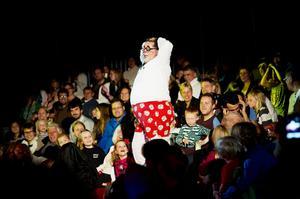 Clownen Totti bjöd på vågad striptease, till cirkusdirektörens förtret.