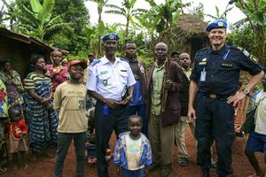 Urs Bütikofer är instruktör och mentor i polisarbetet i Kongo och får resa runt och träffa både kolleger och lokalbefolkning.