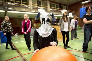Carolin Henriksson, iklädd en mask, gör sig klar att räkna när gymnasterna leker