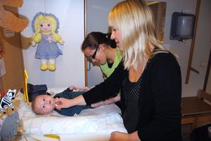 Mamma Helen Ström försöker få sonen Jack att tänka på något annat när BVC-sköterskan Lisa Jonsson vaccinerar honom mot hepatit B.