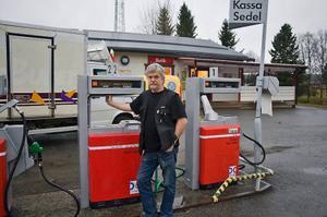 Lasse Elofsson driver macken och butiken i Laxsjö. Nu hoppas han att det kommer mycket folk till manifestationen på onsdag. Foto: Bertil Alexander