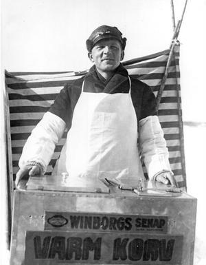 Varm korv med senap. Långa som flaggstänger. Breda som landsvägar. Till kvinnornas njutning och männens behag. Harry Ekholm marknadsförde sig ungefär med de orden. Den hemgjorda senapen, som var riktigt stark men god, strök han på med kniv.