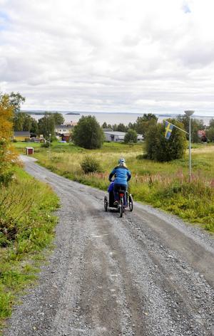 Hallens sluttningar upp och ner från Storsjön är inget större hinder för Elisabeth Albertsson och de andra som kommer att trampa runt de äldre. En elmotor på cykeln underlättar färden när det går tungt i uppförsbackarna eller motvinden bromsar farten.