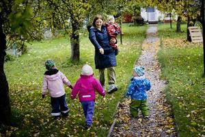 Nyligen öppnade Tove Anger pedagogisk omsorg hemma i huset i Lillån norr om Örebro. Några av barnen på Bullerbyn är Leo, Lillemor, Noomi och Amalia.