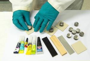 Superlimmen testades på fyra olika material: ABS-plast, trä, stål och keramik. Foto: Anna Sigge