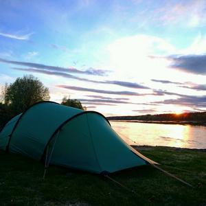 För det mesta sover Amanda i tältet, här i solnedgången i Pajala.